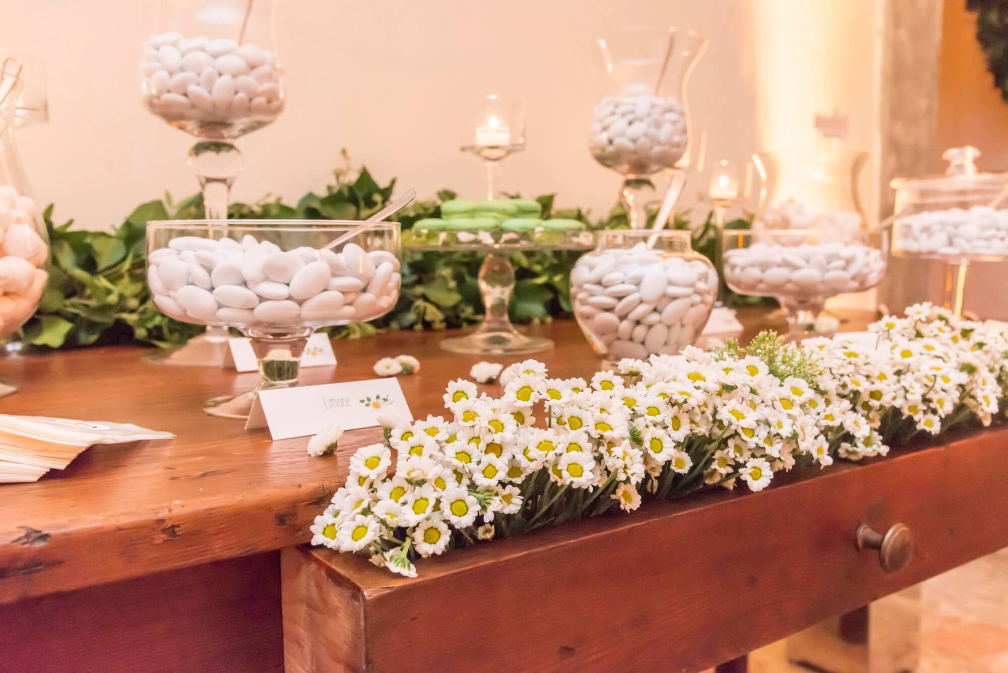 Wedding Favors and Confetti in Tuscany, The tradition of offering wedding gifts to the guests, Italians call them Bomboniere.
