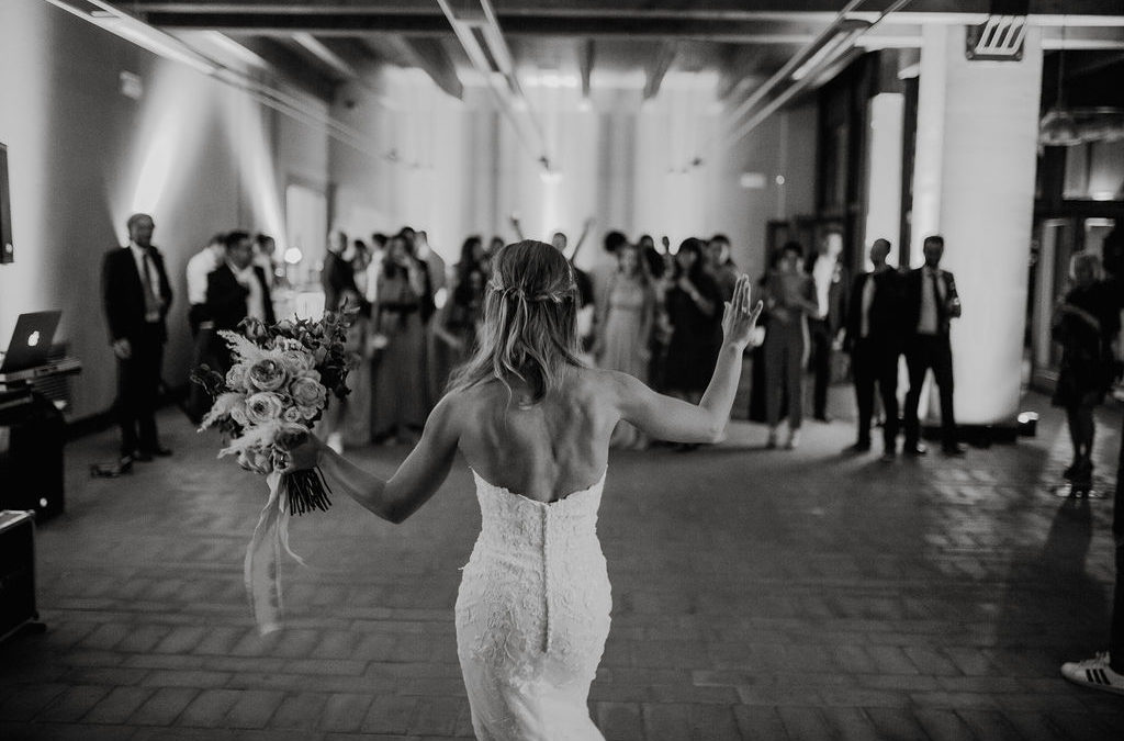 Wedding traditions: bouquet toss, history and traditions